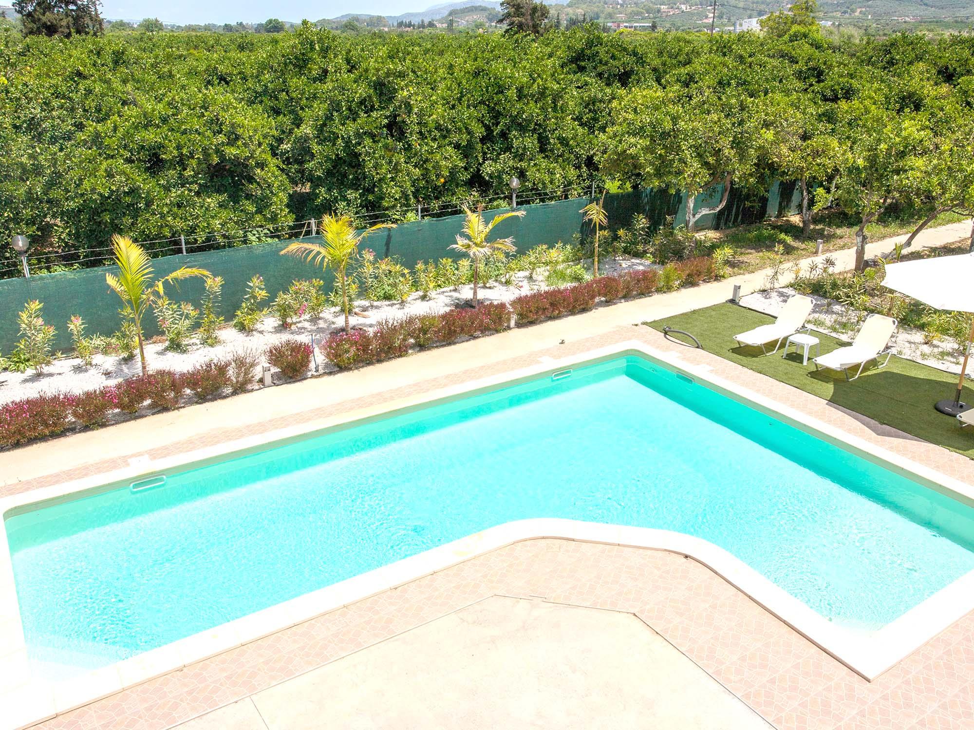 safe-travel-platanias-town-holidays-swimming05-green-orange-villa